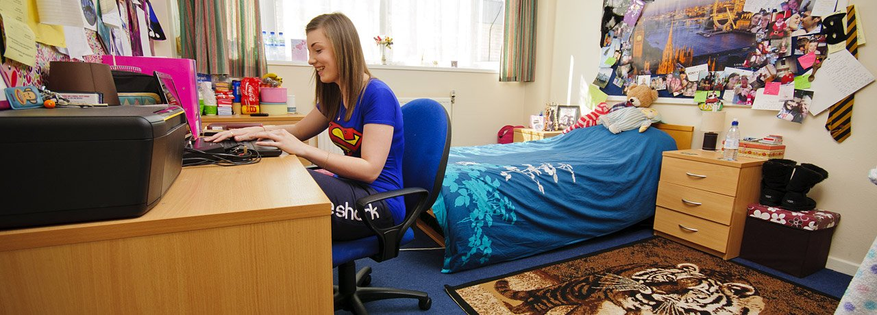 1043_student_working_in_halls_bedroom_accommodation_uni_wales20120906-2-11v5c8